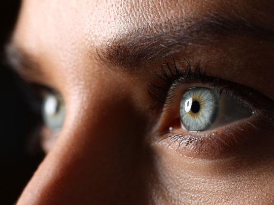 Foto fechada nos olhos de uma mulher. Nela, aparecem apenas os olhos, que são verdes, e as sobrancelhas.